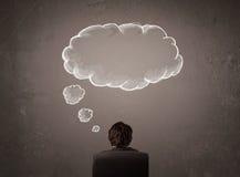 L'homme d'affaires s'asseyant avec le nuage a pensé au-dessus de sa tête Photo stock