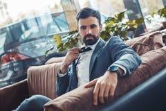 L'homme d'affaires s'asseyant dans un restaurant de centre d'affaires desserrent le lien photo libre de droits