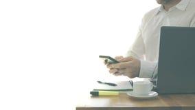 L'homme d'affaires s'asseyant devant l'ordinateur en préparant documente le café de prise blanc Photo libre de droits