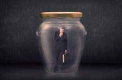 L'homme d'affaires s'est fermé dans un concept en verre de pot Photos libres de droits