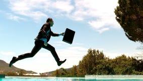 L'homme d'affaires sautant dans la piscine banque de vidéos