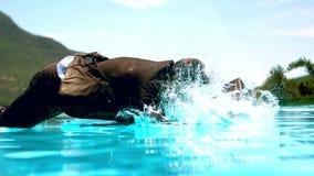 L'homme d'affaires sautant dans la piscine clips vidéos