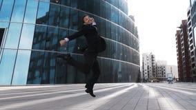 L'homme d'affaires sautant pour la joie banque de vidéos