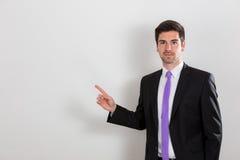 L'homme d'affaires se dirige à quelque chose avec son doigt Photographie stock libre de droits