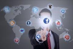 L'homme d'affaires se relie au media social Photographie stock