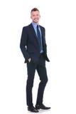 L'homme d'affaires se tient avec les deux mains dans des ses poches Images stock