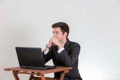 L'homme d'affaires semble être peu satisfait de son ordinateur portable Photographie stock libre de droits