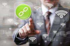 L'homme d'affaires social de Wifi de réseau presse le signe de lien de bouton Photo libre de droits