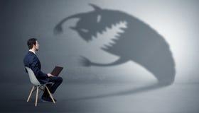 L'homme d'affaires sont en pourparlers avec une ombre de monstre photos libres de droits