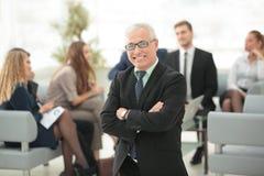 L'homme d'affaires supérieur de sourire sur le fond des affaires team Image libre de droits