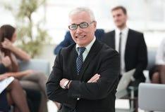 L'homme d'affaires supérieur de sourire sur le fond des affaires team Photo stock