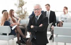 L'homme d'affaires supérieur de sourire sur le fond des affaires team Photographie stock libre de droits