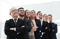 L'homme d'affaires supérieur et son équipe sont penser à l'avenir sûr Photographie stock