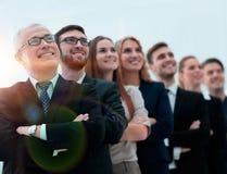 L'homme d'affaires supérieur et son équipe sont penser à l'avenir sûr Images stock