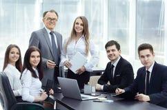 L'homme d'affaires supérieur a eu une réunion de fonctionnement avec l'équipe d'affaires Photos stock