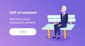 L'homme d'affaires supérieur reposant l'homme plus âgé d'affaires de banc en bois détendent horizontal intégral de personnage de  illustration libre de droits