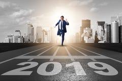 L'homme d'affaires sur la ligne d'arrivée dans la course pour 2019 images stock