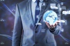 L'homme d'affaires tenant la terre dans le concept global Image stock