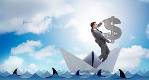 L'homme d'affaires tenant le bateau de bateau de papier d'équitation du dollar Photo stock