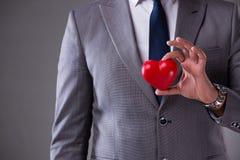 L'homme d'affaires tenant le coeur rouge dans le concept d'amour Image libre de droits