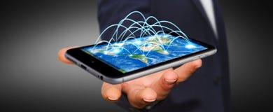 L'homme d'affaires tenant le téléphone portable avec la connexion internet 3D ren Photo libre de droits