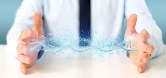 L'homme d'affaires tenant un 3d rendent l'ADN Photographie stock