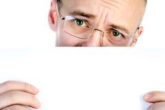 L'homme d'affaires tient la feuille de papier Images libres de droits