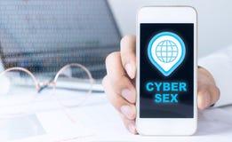 L'homme d'affaires tient le téléphone pour le sexe de Cyber Photographie stock libre de droits