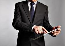 L'homme d'affaires tient un PC de table Image libre de droits
