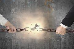 L'homme d'affaires tirant le fer rouillé enchaîne cassé avec le doodl d'affaires Photos stock