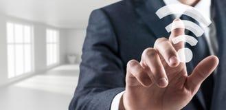L'homme d'affaires touche l'icône sans fil de wifi rendu 3d Images stock