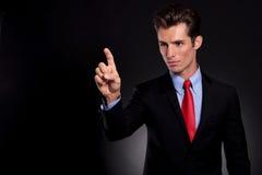 L'homme d'affaires touche l'écran fictif image libre de droits