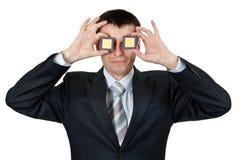 L'homme d'affaires a tourné les processeurs aveugle d'un oeil deux Photographie stock libre de droits