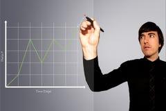 L'homme d'affaires trace le graphique des bénéfices courants en hausse photos libres de droits