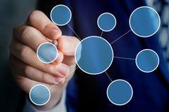 L'homme d'affaires trace un diagramme de réseau d'affaires Image libre de droits
