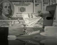 L'homme d'affaires travaillant avec l'ordinateur portable pour gagnent le mone du dollar d'USD Image libre de droits