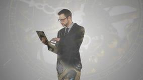 L'homme d'affaires travaillant avec la double exposition d'ordinateur portable au-dessus de l'horloge partie banque de vidéos