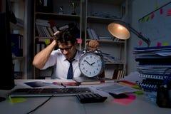 L'homme d'affaires d'homme travaillant des heures en retard dans le bureau Photographie stock libre de droits