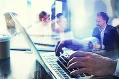 L'homme d'affaires travaille dans le bureau avec l'ordinateur portable dans le premier plan Concept de travail d'équipe et d'asso images stock