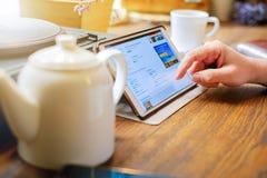 L'homme d'affaires travaille sur le PC de comprimé en café Image libre de droits