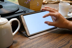 L'homme d'affaires travaille sur le PC de comprimé en café Photographie stock libre de droits