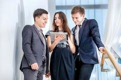L'homme d'affaires trois se tenant sur les escaliers résolvent des problèmes commerciaux Images libres de droits