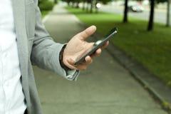 L'homme d'affaires a utilisé un téléphone portable Photographie stock libre de droits