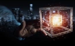 L'homme d'affaires utilisant le cube futuriste a donné au rendu une consistance rugueuse de l'objet 3D Image libre de droits