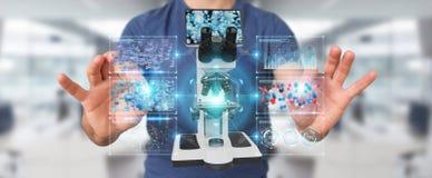 L'homme d'affaires utilisant le microscope moderne avec l'analyse numérique 3D ren Photo libre de droits