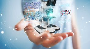 L'homme d'affaires utilisant le microscope moderne avec l'analyse numérique 3D ren Images stock