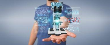 L'homme d'affaires utilisant le microscope moderne avec l'analyse numérique 3D ren Photos libres de droits
