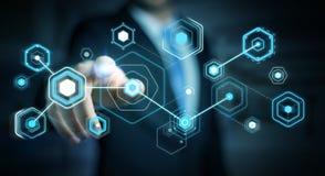 L'homme d'affaires utilisant les écrans numériques avec les données 3D d'hologrammes rendent Photo stock