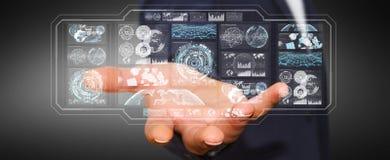 L'homme d'affaires utilisant les écrans numériques avec les données 3D d'hologrammes rendent Photo libre de droits