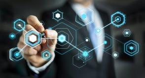L'homme d'affaires utilisant les écrans numériques avec les données 3D d'hologrammes rendent Photos libres de droits